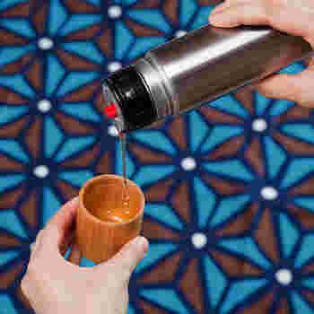 40年以上の歴史を持つボトル工場で作られた2重構造の本体、石川県に伝わる木地師が手がけた口当たりのいいケヤキ製のコップなど、質の高い日本製にこだわった水筒は、使い込むほど愛着がます銘品です。