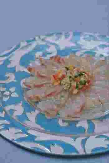 薄く切ったお肉や生の魚にオリーブオイルやソースをかけていただくカルパッチョも、もちろんお刺身で作れます。和風のアレンジも覚えておくと、おもてなしのときにも役に立ちそうです。