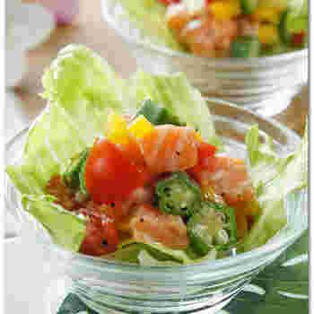 """ハワイでお馴染みの人気料理「ロミロミサーモン」ご存じでしょうか?""""ロミロミ""""とはハワイの言葉で""""揉みこむ""""という意味。基本的には、生のサーモンとトマト、玉ねぎをもみもみして作るサラダです。  このレシピでは、サーモンとオクラがメインの材料。味付けはオリーブオイルとレモンペッパーの2つのみ!揉み込むだけでできあがりです◎ とっても簡単にハワイの味が再現できますよ。"""