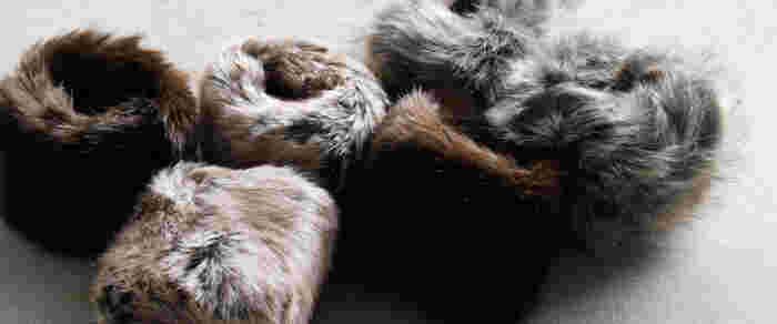 圧倒的な柔らかさと繊細さが魅力のエコファーを使用したリストウォーマー。動物本来の毛並みを忠実に再現するため、熟練した職人と技術を最大限に生かして作られています。