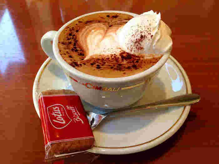 ラテアートの美しいコーヒーもおすすめ。ホットケーキとの相性も抜群です。昔ながらの極厚ホットケーキは、はるばる訪れたい味として評判です。