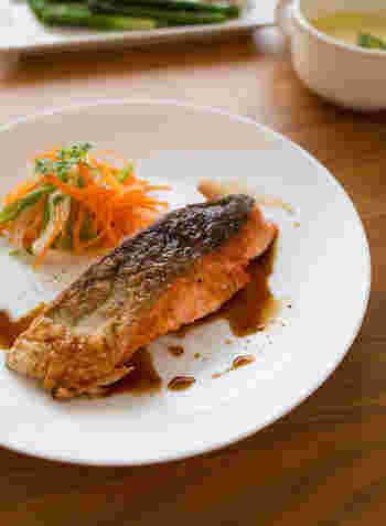皮側をしっかり目に焼き付けて、ぱりっとした食感に。レモンバター醤油はお野菜やお肉にかけたりと、汎用性も広いので覚えておくといいですね。