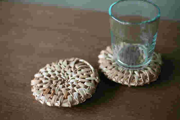 製作できる人がとても少ないと言われている沖縄民具。沖縄に自生する植物、月桃を採取し、乾燥させてから編み込み作られています。編み目の表情がそれぞれに違い、まさに手仕事が伝わるぬくもりあふれるアイテム。既製品には無い、自然素材そのものを活かしたコースターは、月桃の香りがほのかに香り、自然と心を癒してくれそうです。