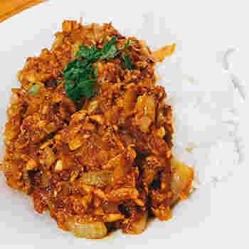 手間をかける時間がないけどカレーが食べたい!なんてときにおすすめのレシピです。なんと素材は玉ねぎとツナ缶だけ。味付けはカレー粉とケチャップ、塩こしょうのみ、というとってもシンプルなレシピ。カレー粉にはさまざまなスパイスが詰まっているので、これだけの材料でとってもおいしくなっちゃうんですね♪