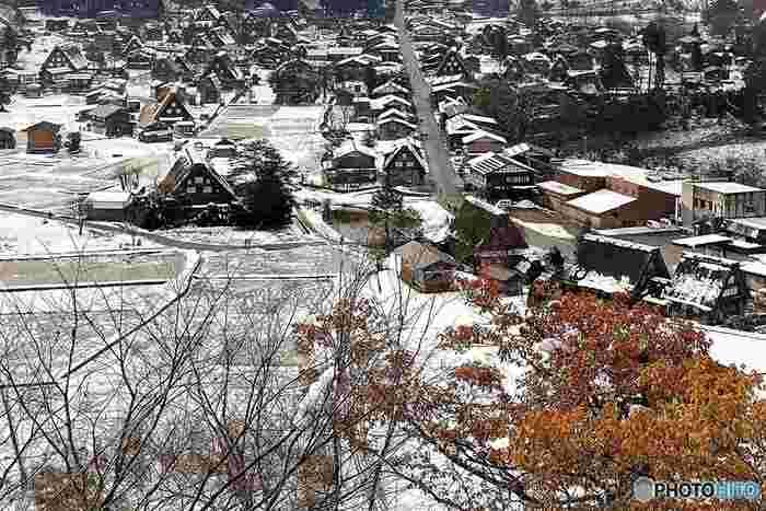 田んぼに囲まれた中に茅葺屋根の家が点在するその姿は、まさに日本の原風景。春は桜、夏は青々とした水田、秋は紅葉、冬は雪と、四季折々に様々な表情を見せてくれます。 「白川郷」のいくつかの家は、建物内を見学できるように公開されていて、江戸時代の生活ぶりを再現していたり、合掌造りの内部構造も詳しく見てまわることが出来ます。 まさに、昔話の世界にタイムスリップしたみたいな「白川郷」。のんびりと、風景に身を委ねのんびりするのもよし、美しい風景を写真におさめるのもよし、思い思いの時を過ごしてみてはいかがでしょう。