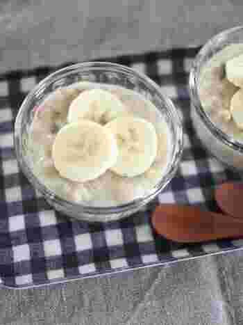 卵のプリンとは違いますが、こんなプリンもありますよ♪卵や牛乳を使わないレシピなので、アレルギーのある方も参考にしてみてくださいね。  最初に、レモン汁をかけたバナナを潰しましょう。そこに、豆乳とグラノーラ、塩を加えてよく混ぜます。器に入れて冷やせば、後は盛り付けるだけでOK。スライスバナナや、グラノーラ、ナッツなど、お好みでトッピングをアレンジしてみてください。