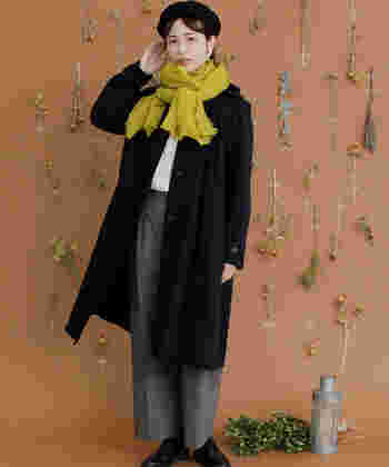 マスタードイエローがシックなコートにぱっと映えていますね。マスタードイエローのストールは、暗くなりがちな秋冬のコーデに暖色ならではのあたたかみをプラスすることが出来ます。