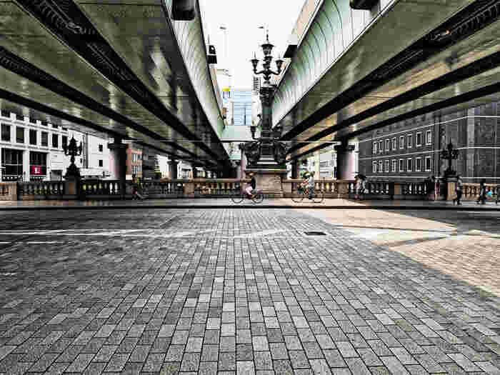 五街道の起点でもある日本橋。こちらの橋が最初にかけられたのはなんと1603年(慶長8年)で、その後、19回の架け替えが行われました。現在の日本橋は1911年(明治44年)に架けられた20代目の橋なんです。内部にはコンクリートと煉瓦が充填され、外観は石造りとなっています。こうした構造の橋は世界的にも非常に特殊で珍しい工法だといわれています。