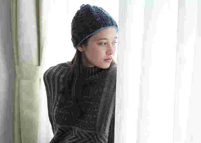 いまやファッションには欠かせないニット帽!季節を問わず活用できるアイテムとなりましたが、やはり冬にはたくさん取り入れていきたいもの♪ざっくりと編まれたニット帽なら、かぶるだけでナチュラルでかわいらしい雰囲気に。