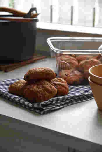 朝食にもおやつにも食べごたえのあるミニ パン オ ショコラ。軽くトーストすれば外はパリパリ、中はしっとりとした食感も楽しめるクロワッサン生地にはチョコチップがたっぷり。