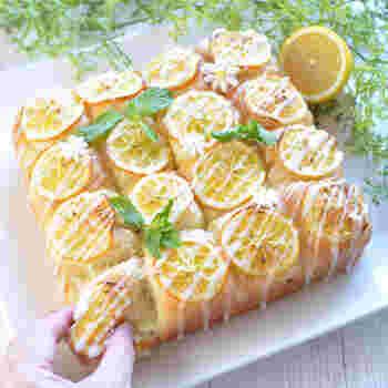 レモン風味のクリームと、輪切りのレモン、レモンアイシングでトリプルレモンの爽やかさが堪能できるちぎりパン。見た目が華やかなのでおもてなしにも。