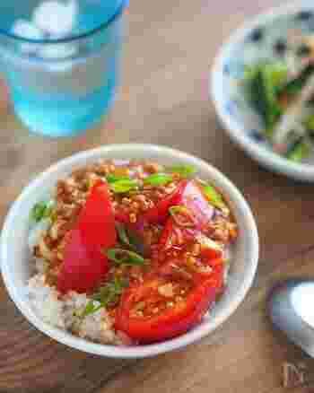 一切火を使わずに、電子レンジだけでごはん以外を作れる簡単レシピ。夏バテしたときやスタミナを付けたいときに、おすすめのレシピです。  白ごはんとトマトは、ソースにとろみをつけることで、しっかりと馴染みます。調味料の分量も明確に指定しているレシピのため、美味しく作れますよ♪