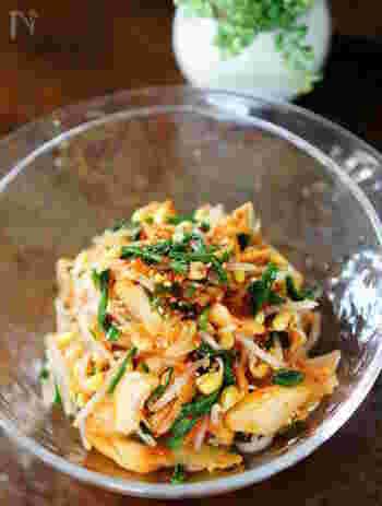 市販のキムチと茹でたニラ&もやしを混ぜるだけの簡単酢の物です。寿司酢を使えば味付けもラクラク。