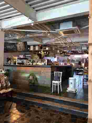 店内には那須産のお野菜や加工肉を売っていたり、お土産選びもできます。レストランでは大きな木のテーブルで、ゆったりと地元の食べ物を味わえます。