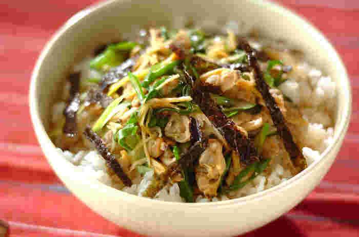 東京下町の郷土料理「深川飯」は、味噌や醤油で煮込んだあさりをご飯にかける丼料理。水煮缶を使えばあっという間に出汁の染み出たかけ汁ができますよ。九条ねぎをたっぷり入れて、香りや食感を楽しみましょう。