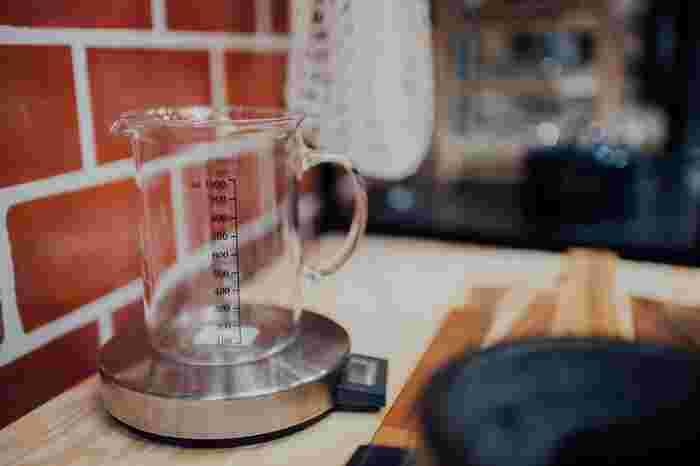 g(グラム)は重さを表す単位です。ml(ミリリットル)やcc(シーシー)とは必ずしも一致しません。そのため、mlやccの単位がついた計量カップで重さを量る時は、注意しなければなりません。