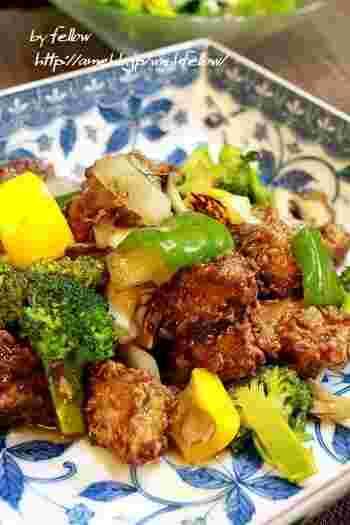 紹興酒やごま油で中華風に。野菜に火が通ったら、唐揚げを加えて炒めます。
