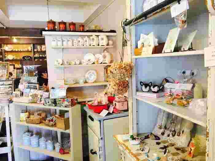 「焼き菓子専門店 ARCHAIQUE(アルカイック)」の店内は、かわいいもので溢れています。パリのお菓子屋さんをイメージしていて、紅茶やポストカード、雑貨がセンス良くディスプレイされていますよ。