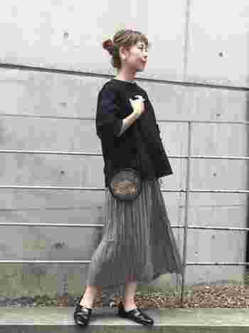 柔らかなプリーツスカートとツヤのあるスポックシューズ。素材の違いを出すことで足元に存在感が生まれます。