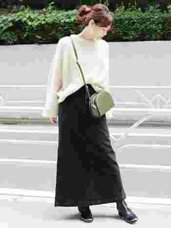 ロング丈の黒タイトスカートは、明るい色のトップスと合わせるとちょうどいいバランスになります。裾がすこしだけフレアになっているので、ロング丈でももたつかず足首をほっそりと見せてくれますよ。