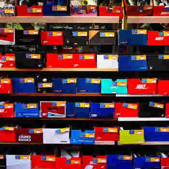 たくさんのスポーツ用品がお手頃価格で手に入るアメ横ですが、そのほかのファッションも要チェック。おすすめはまず靴。何件もの靴専門店があり、スニーカーから革靴・サンダル・パンプスなどバリエーションも豊富♪
