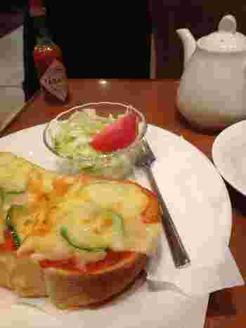 小腹がすいている方には、喫茶店ならではのピザトーストもおすすめ。ピーマンの輪切りなど、レトロ好きの心をくすぐるビジュアルですね。
