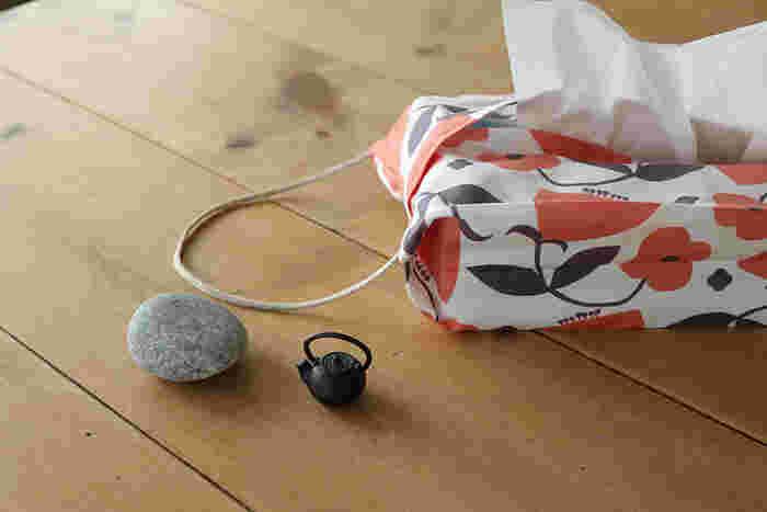こちらは型紙いらず!タテ47cm×ヨコ34cmの小さな四角い布から作るのに、たっぷりマチのある立体的な仕上がりになります。 手芸初心者さんでもチャレンジしやすい作り方です。
