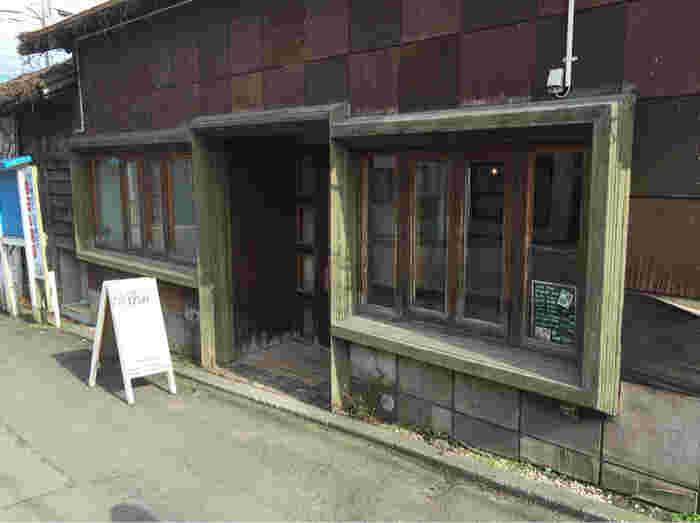 函館山の麓にあるこちらのカフェ・ディシィも、古民家をリノベーションして造られています。 坂道の途中にあり、店内からは函館山が一望できます。