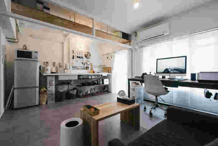 決して小さくはありませんが、理想的なキッチンを築き上げたお家がありました。 使いたいキッチンツールが片手でさっと出し入れできて、スムーズに作業できる環境。洗ったものを乾かしたり仕舞ったりも、小さな導線で叶えてくれるキッチンです。それでいて見た目もおしゃれ。