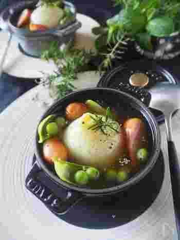 甘くてやわらかい新たまねぎはまるごと食べたくなりますよね。そんな時は新たまねぎをまるごと1つ食べられるスープを作ってみましょう。こちらは電子レンジで作るお手軽レシピ。春野菜のスナップエンドウが彩りをプラスしてくれますよ。