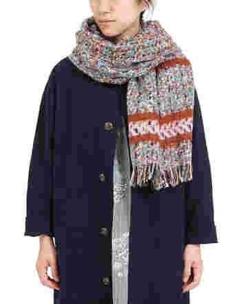 フランスの老舗織物メーカー「CORNILLON(コルニオン)」社が手がけた、カラフルながらも落ち着いた印象のボリュームマフラー。色や素材の異なる糸を使ったツイード柄は、秋冬らしさをグッと高めてくれます。