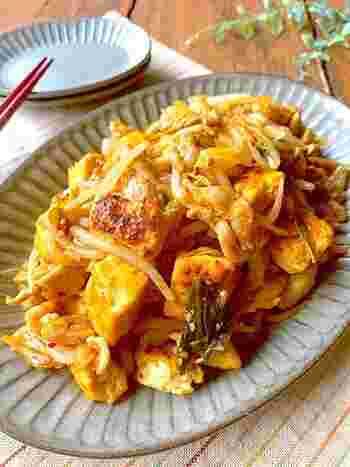 豚の細切れともやしが入ったピリ辛のキムチチャンプルー。表面をこんがりと焼いた、中はふわふわの木綿豆腐と、シャキシャキのもやしの食感が美味しく、キムチの辛さで食欲も進みます。さらに、包丁を使わずに手軽に作れるありがたい時短レシピです。