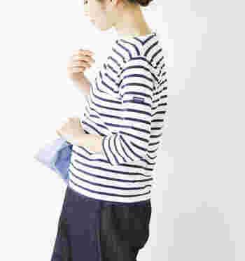 浅めのボートネックで、ジャストフィットな着心地です。カジュアルなパンツやスカートに合わせても、上品な印象に着こなせますよ。