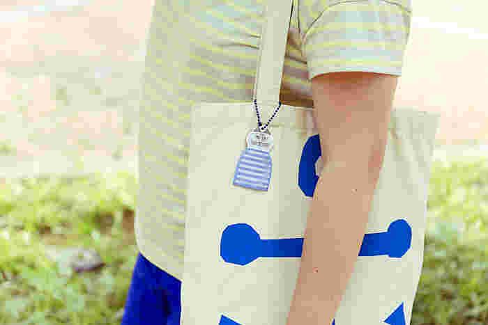 可愛らしいのに,シンプルでクールなデザインが多い、リサラーソンシリーズのリフレクターなら、男の子でも気軽に身につけたり、お出かけのバッグにつけたりできます。