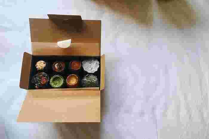 好きなカヌレを選んで箱に詰めてもらうと、まるで宝石箱のよう。食べるのがもったいなくなるほど、見た目にも素敵なカヌレです。
