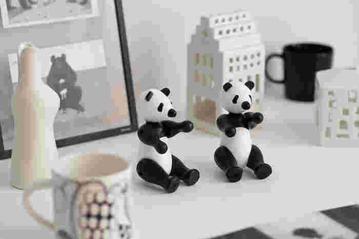 コロンとした手がキュートなパンダ。白黒だから、モノトーンのかっこいいお部屋にもさり気なく置けちゃいます。2匹いれば、ポーズや置き方も色々遊べる。