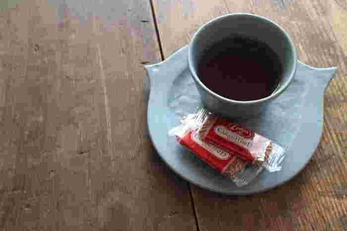 少し濁ったブルーグレーは、ダークブラウンやウォルナットなど、香ばしさや深いぬくもりを感じる色が似合います。湯気の立つコーヒーでかじかんだ指を温めながら、チョコレートやクッキーをひとつまみ。