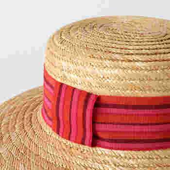 デイストローズは、岡山県にある石田製帽のオリジナルブランド。高い技術が必要とされる帽子専用「環縫いミシン」で縫うことで、全体に伸縮性が出るのが特長。頭にフィット感覚は、まるでオーダーメイドしたような心地よさ◎