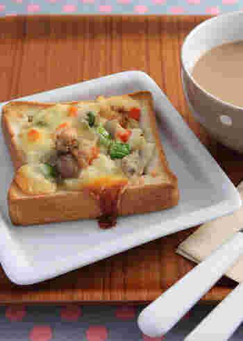 トーストにシチューをのせてこんがり焼けば具沢山なクリームトーストの完成!あったかいスープと一緒に食べたいですね。