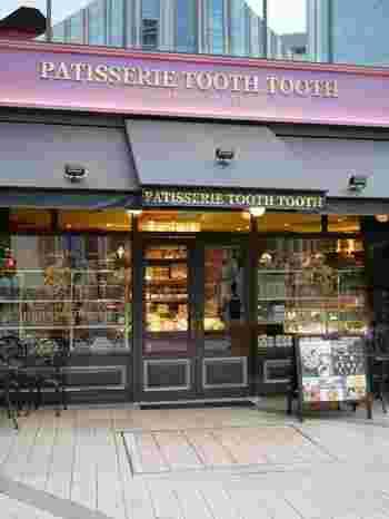 生田神社の一の鳥居のすぐ傍にあるPATISSERIE TOOTH TOOTH(パティスリー トゥーストゥース) 本店 。クラシカルな雰囲気がおしゃれなお店です。  この他、神戸阪急店・三宮店・シーサイドカフェ(須磨)でテイクアウト商品を購入することができます。また、TOOTH TOOTHはレストランやカフェなども展開していて、そちらのお店でも一部商品は購入可能な場合があります。