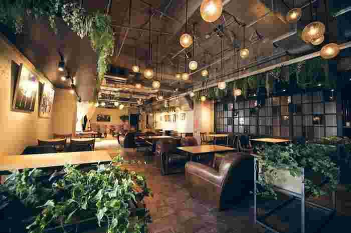 おしゃれに女子会をするなら「eplus LIVING ROOM CAFE&DINING (イープラス リビングルーム カフェ アンド ダイニング)」がおすすめ。広々とした店内には様々なタイプの席があり、半個室やテラス席も。