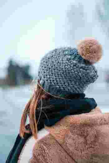 大きな大きなポンポンが個性的!シンプルな色あいのニット帽にも遊び心を。