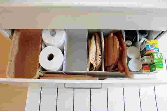 """キッチン収納に欠かせない「シンク下の引き出し」。収納スペースが広くて深さもあるため、上手に活用するのが難しい場所ですよね。綺麗に整理・整頓されていても「あまり使い勝手が良くない…」と感じている方は、""""キッチンでの作業""""を中心に考えて、物の定位置を見直してみませんか?"""