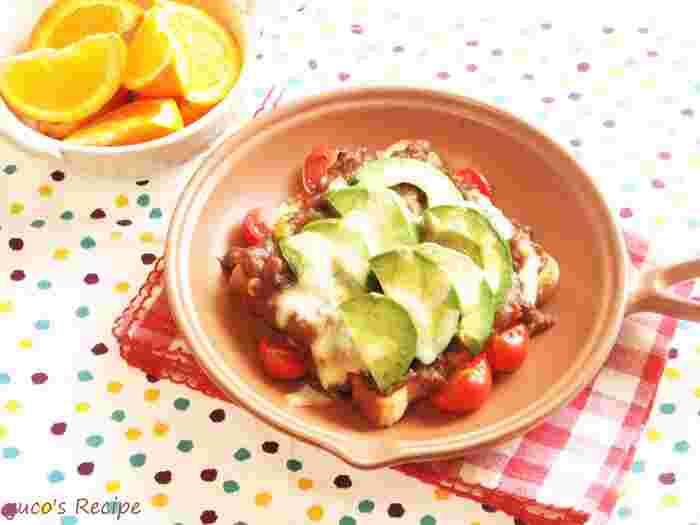 思わずナイフとフォークで食べたくなってしまう、豪華なオープンサンド。 アボカドとトマトを一緒に焼くことで、まろやかな味わいになりますよ。