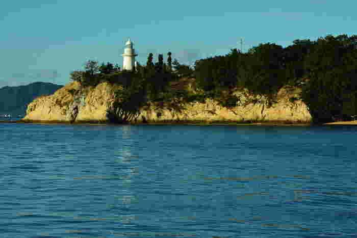 """船でしか訪れることができない「大久野島」は、島全体が休暇村になっているため定住者はなく、瀬戸内に浮かぶ周囲約4kmの、小さなリゾートアイランドです。  平和を訴える資料館などの他、楽しいレクリエーションポイントも多く、""""うさぎの楽園""""としても注目度が急上昇中の島なんです♪"""