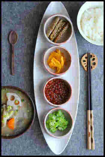 豆皿のいいところは、冷蔵庫にあるものなどありあわせのものも美しくまとまること。こちらは、ストックしてあるイクラの醤油漬けやオクラ、つぼ漬けとごぼうのごまからめなどを豆皿に盛り付け、好きにトッピングしながら食べるいろいろ丼です。