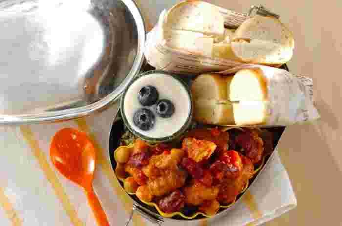 チリコンカン風に味付けしたから揚げも、クリームチーズサンドベーグルと合わせたら洋風のお弁当の完成です。ポイントは、それぞれの粗熱が取れてから弁当箱に詰める事。濃厚な味わいなので、食べ応えがあるのが嬉しいですね。