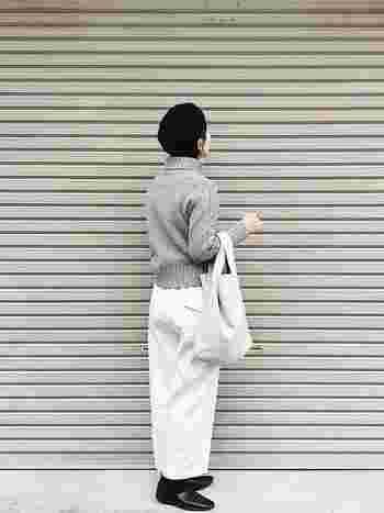 くたっとした革のバッグは東京・蔵前のアトリエを拠点に活動しているバッグブランドRENのもの。白~グレー~黒のモノトーングラデーションコーデで、品よくまとまめて。