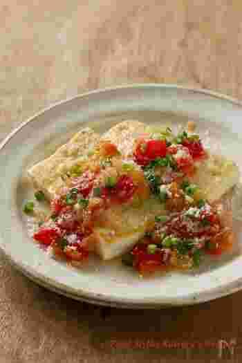 カリッと焼いた豆腐が香ばしい、イタリアンベースの豆腐ステーキ。最後にのせたパルミジャーノレッジャーノの風味が引き立つ一品です。  トマトとオリーブの酸味が効いたソースが、奥行きのある味わいを楽しめます。赤いトマトを添えると、シンプルな豆腐ステーキもグンと華やかなレシピに変身しますね。