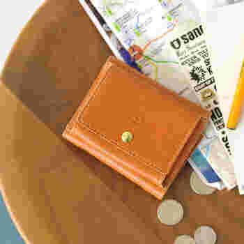 三つ折りのデザインで、手のひらサイズのコンパクトさに仕上げたミニウォレット。立体的に開くコインケースを外付けしているので、小銭の出しやすさが特徴です。